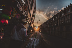 在日落期间,结合老横穿街道 库存图片