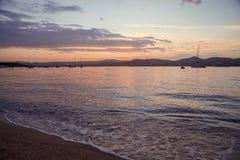在日落法国海滨的圣特罗佩海滩 库存照片