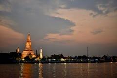 在日落泰国期间的黎明寺 免版税库存图片