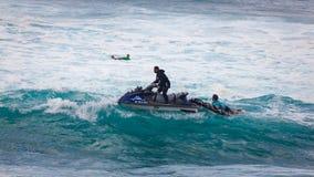 在日落海滩夏威夷的海浪巡逻 图库摄影
