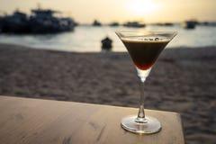 在日落海滩的饮料 免版税库存图片