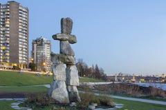 在日落海滩BC温哥华的Inukshuk石头 免版税库存图片