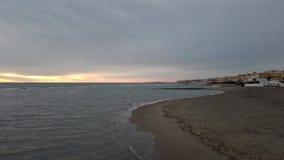 在日落海的全景有直到看见的橙色和蓝色淡色色天空的海岸和城市光 影视素材