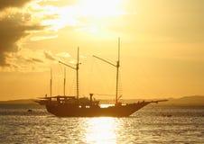 在日落海的小船 库存图片