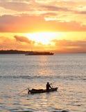 在日落海的小船 免版税库存图片