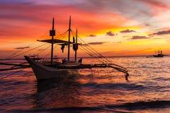 在日落海,博拉凯海岛的帆船 库存照片