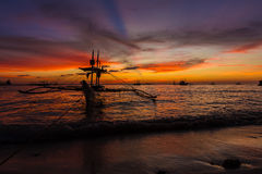 在日落海,博拉凯海岛的帆船 免版税图库摄影