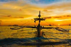 在日落海,博拉凯海岛的帆船 免版税库存图片