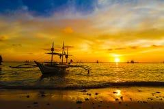 在日落海,博拉凯海岛的帆船 库存图片