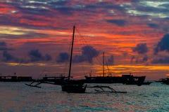 在日落海,博拉凯,菲律宾的帆船 库存图片