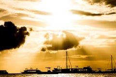 在日落海,博拉凯,菲律宾的帆船 免版税库存照片