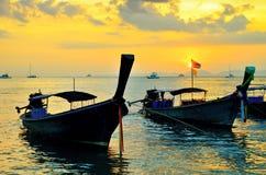 在日落海滩的传统泰国小船 免版税库存照片
