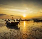 在日落海滩的传统泰国小船 免版税库存图片