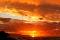 在日落海滩的日落 库存图片