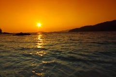 在日落海滩, Lipe,泰国的阳光 库存照片