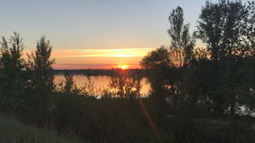 在日落湖的红色太阳 股票录像