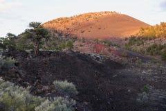 在日落火山口火山的日落 库存图片