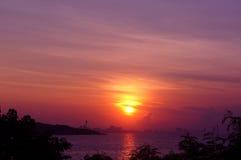 在日落热带海滩的剪影 免版税图库摄影