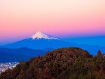 在日落焕发下的富士山 免版税库存图片