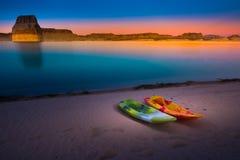 在日落犹他美国的划皮船的湖鲍威尔孤立岩石 免版税库存照片