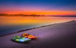 在日落犹他美国的划皮船的湖鲍威尔孤立岩石 库存图片
