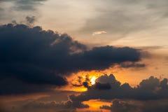在日落的一个多暴风雨的天气场面与raincloud 图库摄影