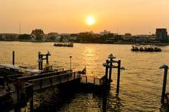 在日落的一个码头, Chaophraya河,曼谷,泰国 免版税库存照片