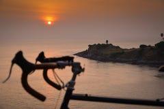 在日落的一个自行车剪影 夏天横向 库存图片