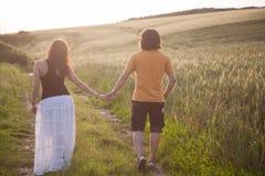在日落的一对年轻夫妇 库存照片