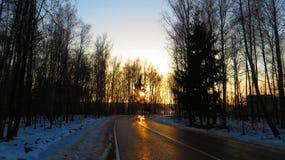 在日落的一条冬天路 免版税库存图片