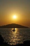 在日落的一条小船 库存照片