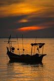 在日落的一条小船 免版税图库摄影