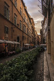 在日落的一条狭窄的罗马街道 免版税库存图片