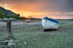 在日落的一条老小船在Porlock测流堰 图库摄影