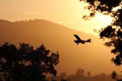 在日落的一次小的飞机着陆。 免版税图库摄影