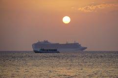 在日落的一cruiseship在夏威夷 免版税库存照片