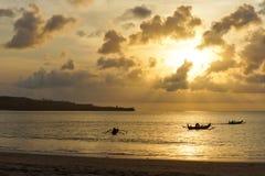 在日落的三艘舷外浮舟 免版税库存图片