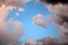 在日落的不可思议的桃红色飞跃马云彩 免版税图库摄影
