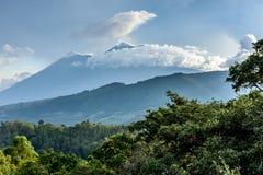 在日落的两个火山,危地马拉 免版税库存照片