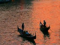 在日落的两艘长平底船 库存图片