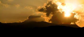 在日落的严重的小山 免版税库存图片