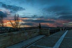 在日落的中世纪桥梁 Burgo de Osma,西班牙 免版税库存图片