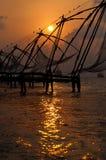 在日落的中国科钦捕鱼网 免版税库存照片