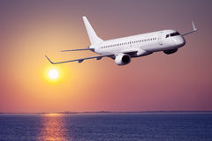 在日落的乘客飞机 库存照片