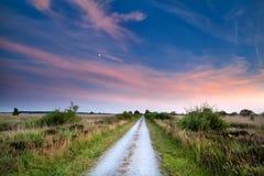 在日落的乡下路 库存图片