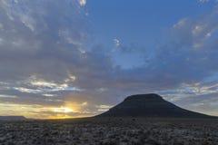 在日落的云彩在南部非洲的干旱台地高原 免版税图库摄影