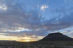 在日落的云彩在南部非洲的干旱台地高原 免版税库存照片