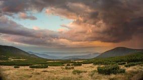 在日落的云彩在喀尔巴阡山脉 库存照片