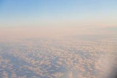 在日落的云彩从在天空的飞机环境美化 免版税库存图片