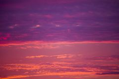 在日落的云彩 红色和紫色云彩 免版税库存照片